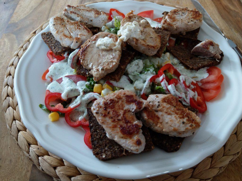 Salat, Schwarzbrot, Schweinefilet